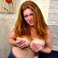 Aktmodelle mit Brustwarzenpiercing