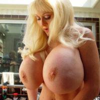 Blondine absolute Riesenbrüste