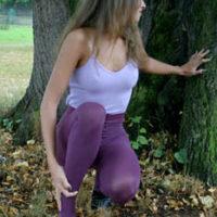 Girls in ausgefallene lila Strumpfhosen